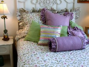 How to Arrange Pillows on a Full Bed Option 2